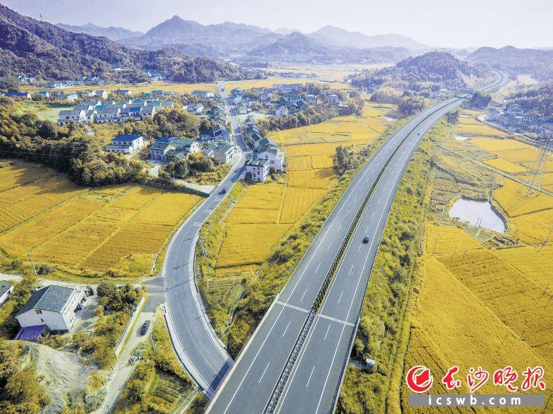 农村公路与干线公路、市政道路、高速公路互联互通,拉近了乡村与城市的距离。图为大浏高速与G106线蕉溪段。陈永灿  摄