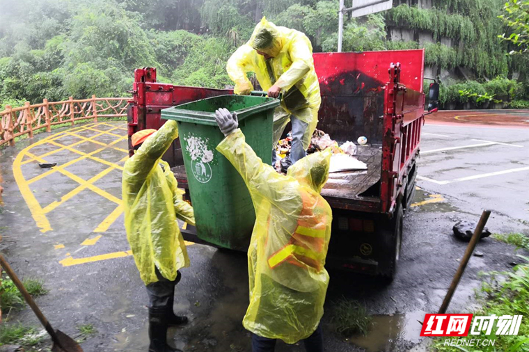 吉首对矮寨盘山公路沿线垃圾进行清理