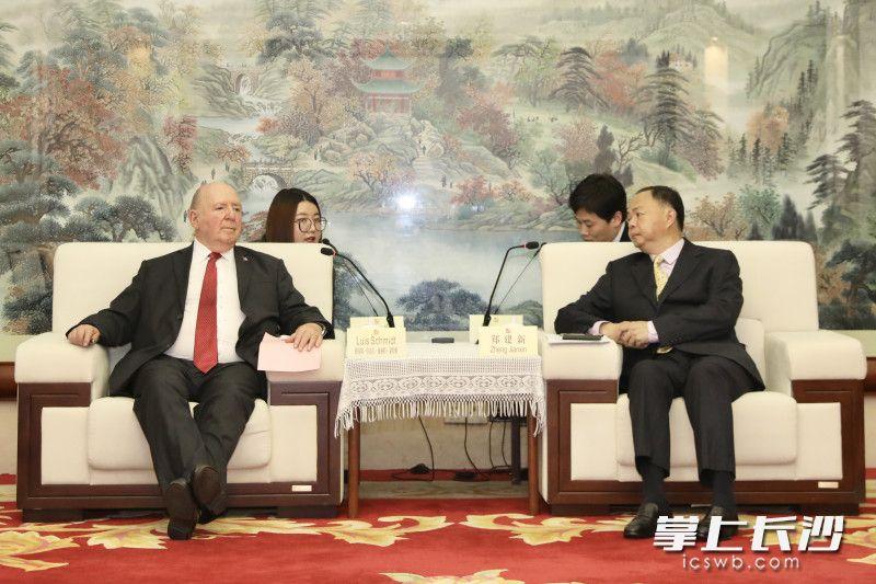郑建新会见智利驻华大使。 刘书勤 摄