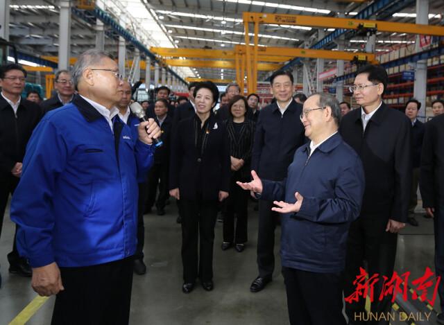 11月19日,广西党政代表团一行在山河智能考察。明珠国际娱乐日报记者 赵持 摄.png