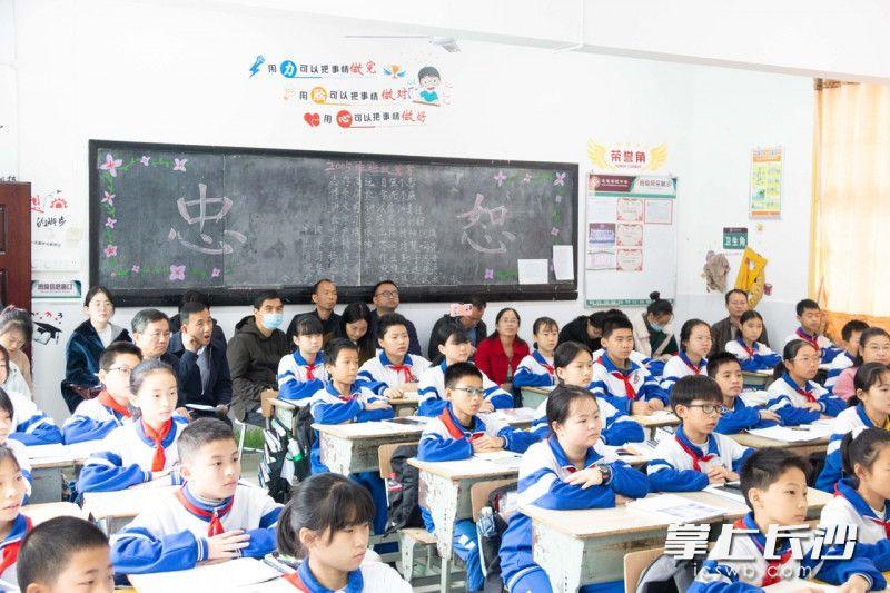 课堂开放,老师集体研讨。