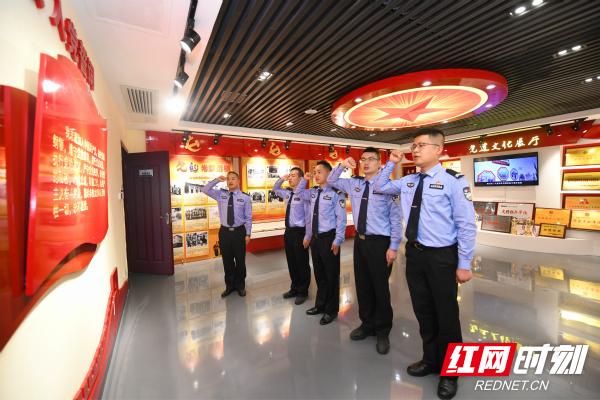 芙蓉交警大队组织青年民辅警进行入党宣誓。_meitu_3.jpg