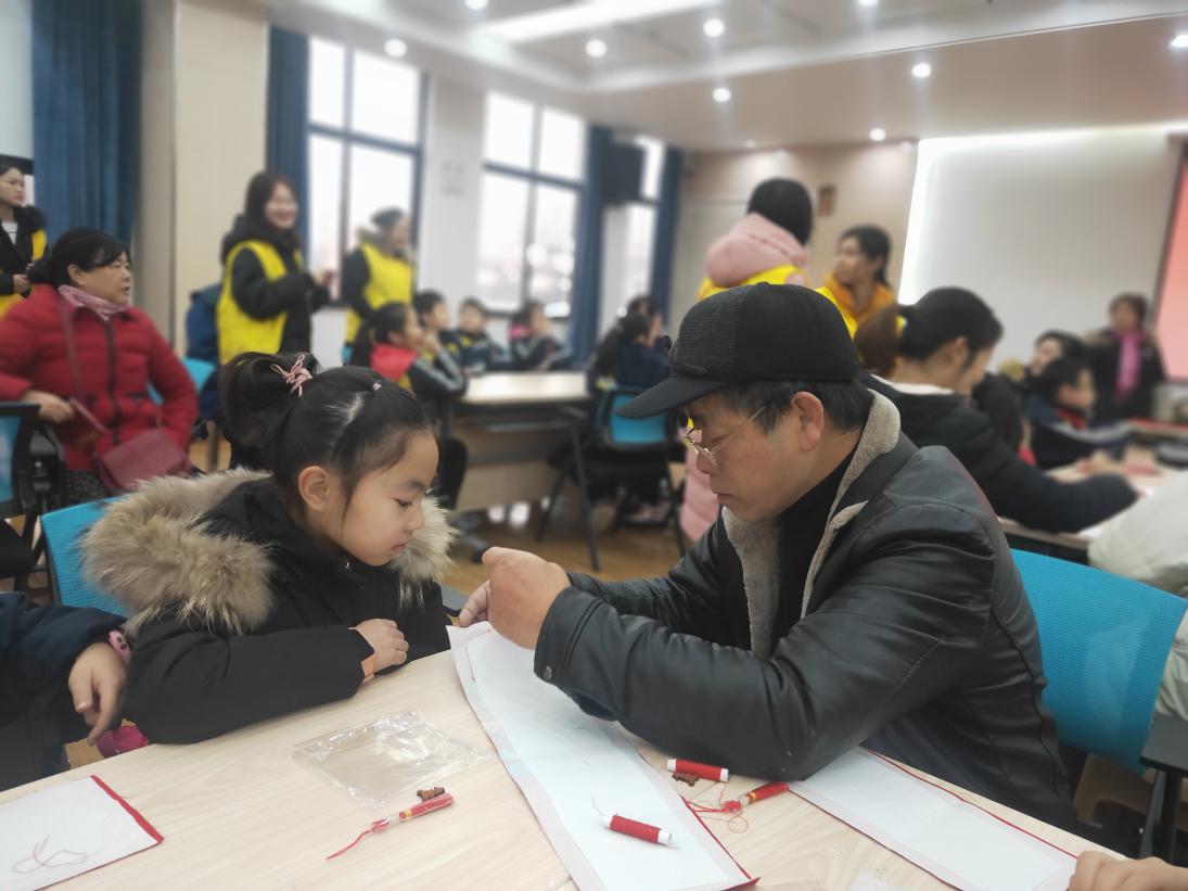袁爷爷在志愿服务活动中教青少年小朋友做手工.png