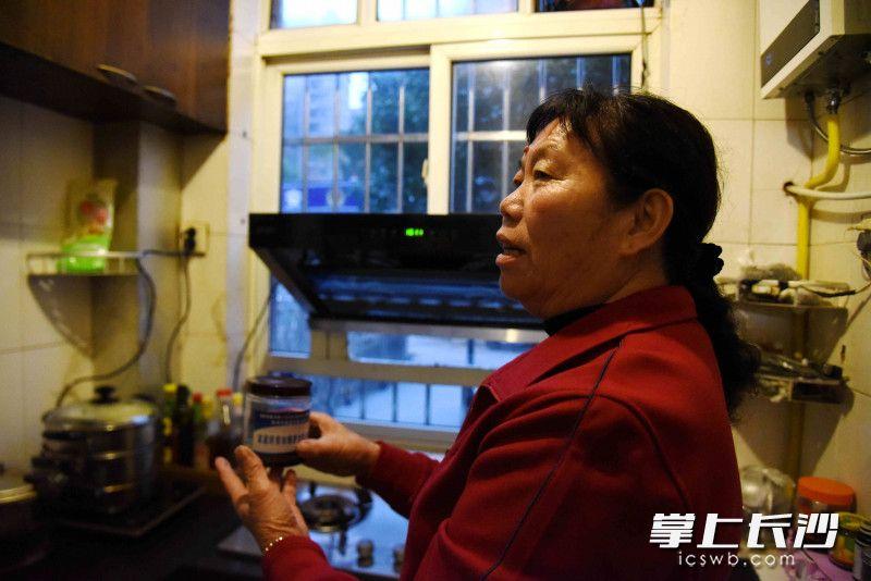 张林告诉记者,收集的废油可以到社区兑换洗衣粉等物品。