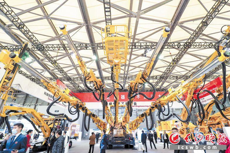 24日,在2020上海宝马展上,铁建重工发布自主研制的国产首台四臂凿岩台车。 长沙晚报通讯员 胡清 摄