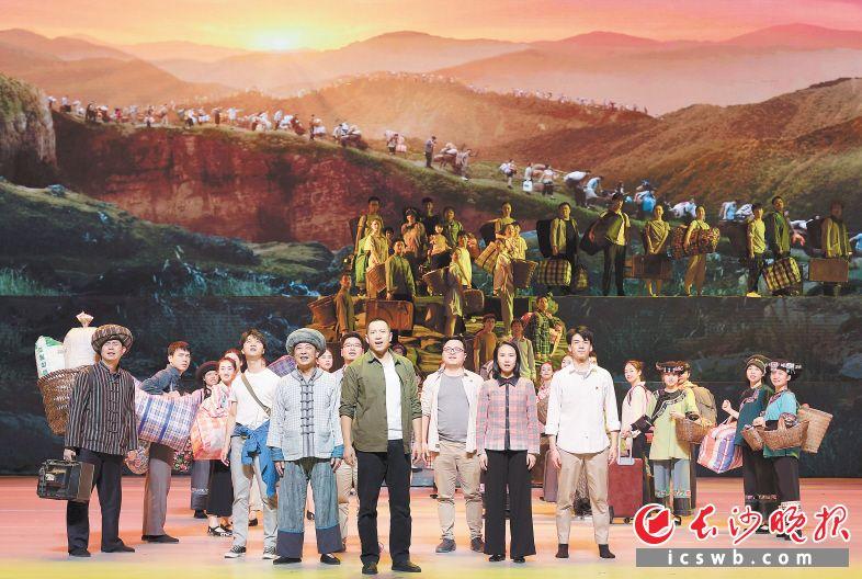 歌舞剧《大地颂歌》中,村民们在扶贫干部的带领下易地扶贫搬迁。新华社记者 李贺 摄