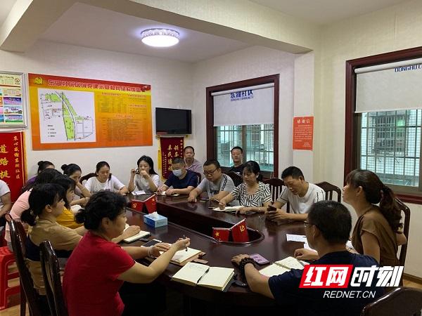 东湖社区召集全体工作人员召开新一季度的垃圾分类工作部署会议.jpg