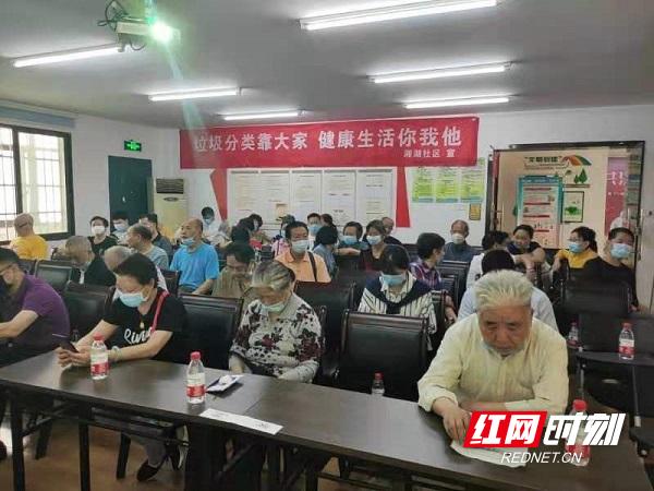 组织老党员、志愿者学习垃圾分类知识、相关法律法规,进一步传达的居民群众之中。2.jpg