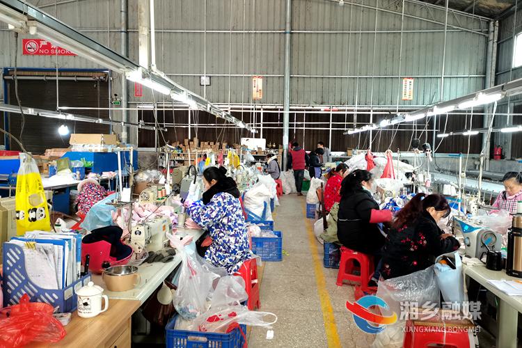 湖南省逸硕婴儿用品有限公司生产车间。.jpg