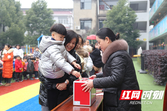 家长和学生代表捐款_副本.jpg