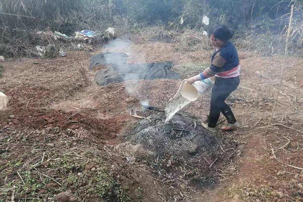 社区网格员正在劝导居民对焚烧秸秆进行扑灭。.jpg