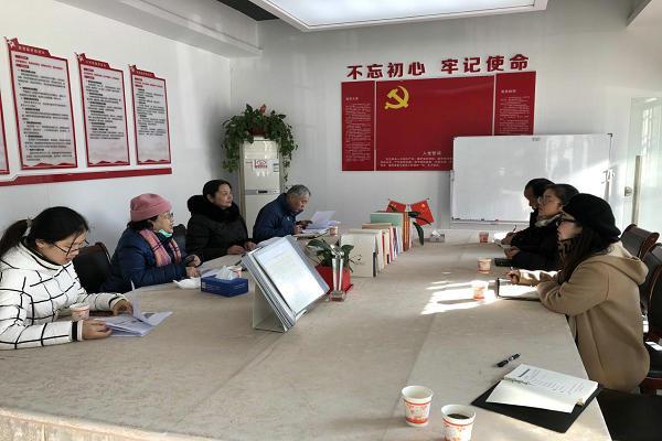 佘小玲一行在花园岭社区进行座谈会交流。.jpg