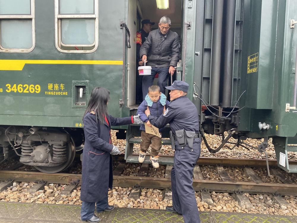 这列载着孩子的绿皮火车,他们守护了整整15年