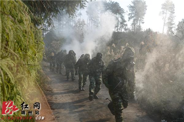 演练中,参训人员迈着矫健的步伐,以顽强的战斗作风向着目的地快速行进_副本.jpg