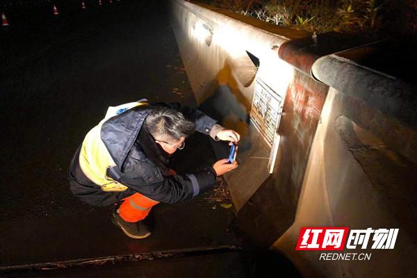 行廊养护人员在夜间查看许广高速k945-k1011段桥梁温度.jpg