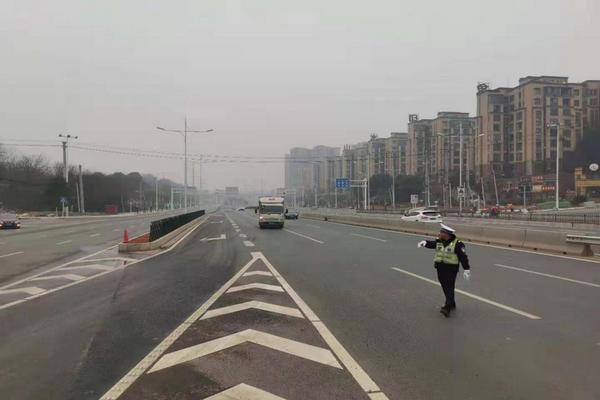 交警在芙蓉南路引导货运车辆接受检查.png