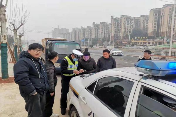 交警对违法车辆驾驶人进行处罚.png