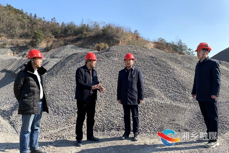 周俊文在龙和石料有限公司督查。.jpg