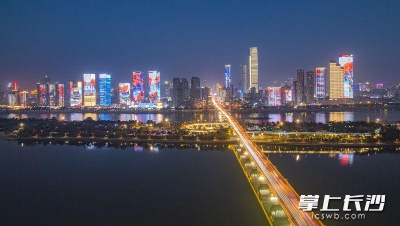 湘江两岸华灯齐放,林立高楼的各种灯光与景观交相辉映,璀璨靓丽的长沙城在清新夜色中如梦如幻。