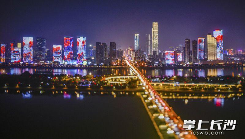 移轴镜头里的湘江两岸,各式灯光一齐勾勒出城市最美的模样。