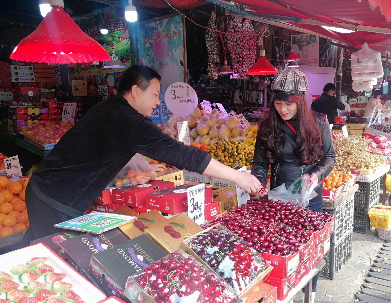虽然即将退出历史舞台,但老红星水果市场内,经营仍有条不紊,处处一派红火的销售场景。长沙晚报全媒体记者  胡媛媛 摄
