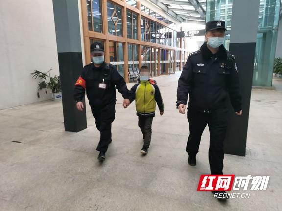 男孩乘高铁与家人走散 铁警及时发现送回