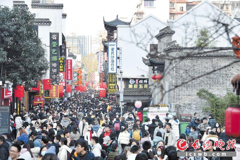 太平街老街上人流如织。     黄启晴 摄