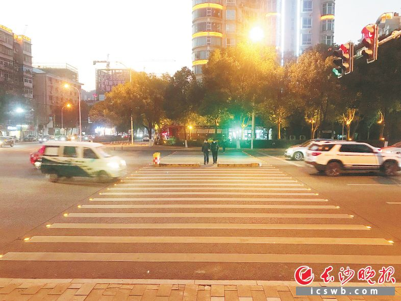 斑马线更亮了,行人过街看得更清楚。  长沙晚报全媒体记者 张洋子 摄