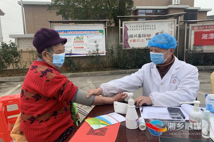 医生为村民免费量血压。.jpg