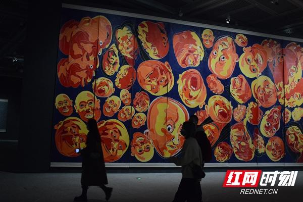 方力钧版画作品正在湖南省博物馆展出