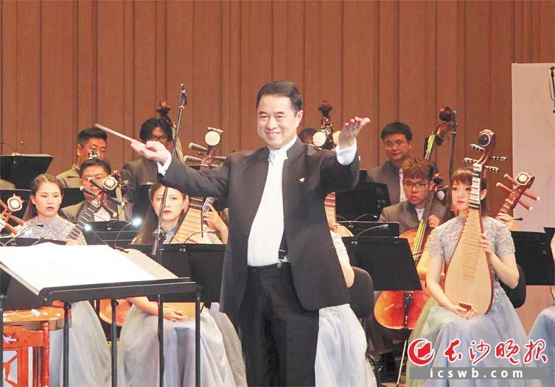 湖南民族乐团艺术总监、著名指挥家王甫建将传统笛曲《欢乐歌》改编为民乐合奏曲,高音悠扬清远,低音含蓄婉转。长沙音乐厅 供图