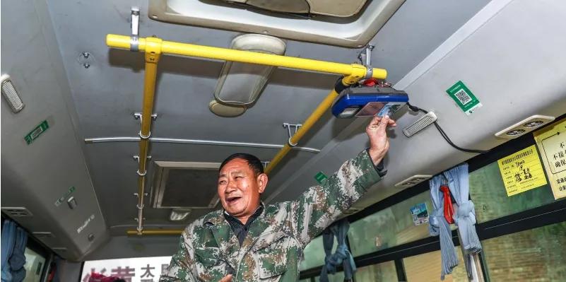 臨武縣居民在公交車上使用老年卡.png