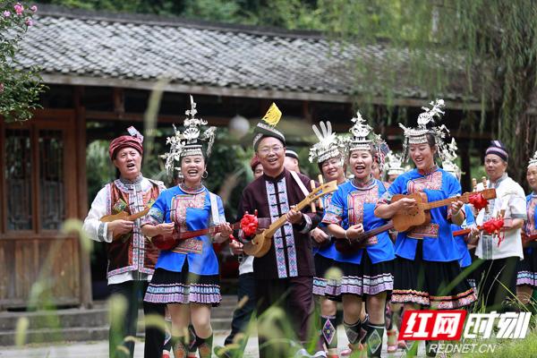 工作队融入侗乡文化,学习侗族琵琶.jpg