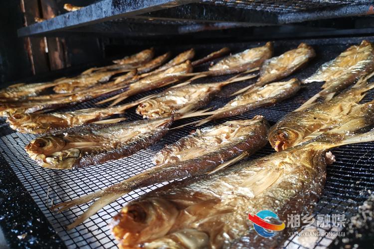 刚刚出炉的的火焙鱼两面金黄、香气扑鼻。.jpg