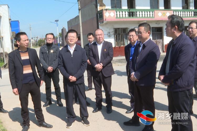 何俊峰(前排左二)在东郊乡花亭村工厂化育秧示范基地督查指导春耕备耕工作。.png