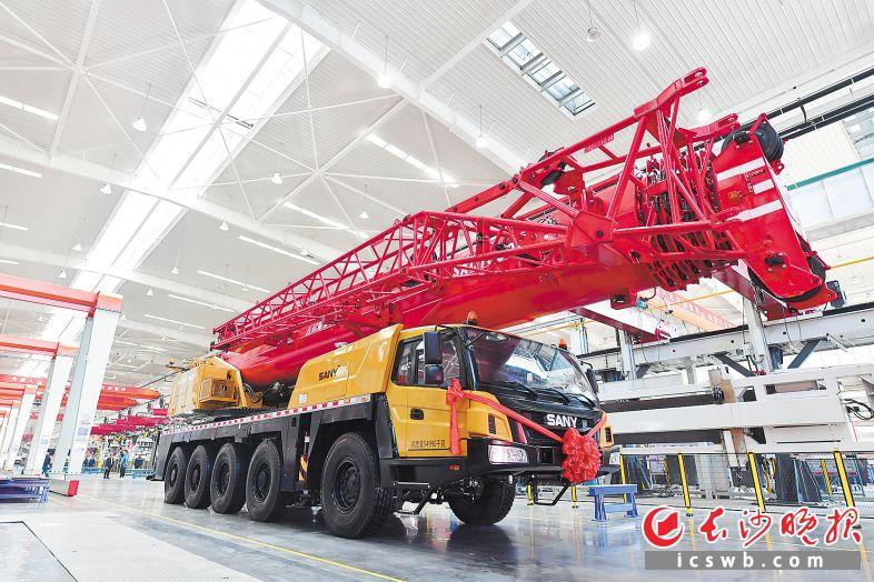 2月20日投产的三一中起项目,下线了第一台130吨全地面起重机。长沙晚报全媒体记者 王志伟 摄