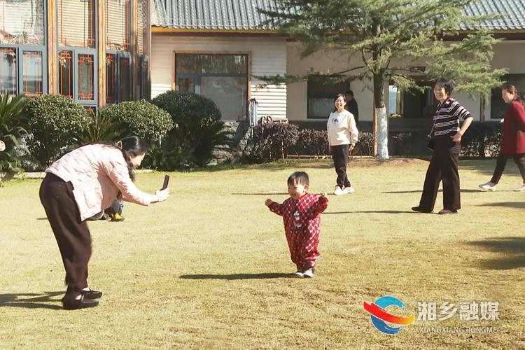 阳光明媚,一家人到新茅浒水乡踏青游玩。.jpg