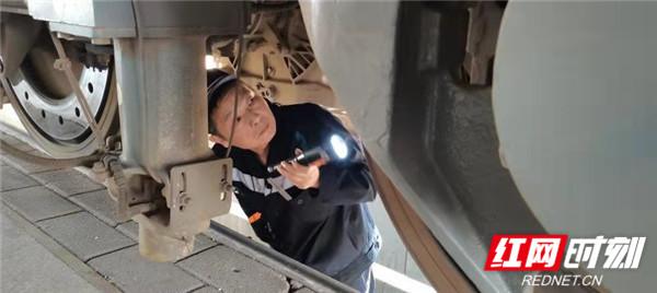 图五:张志勇正在地沟检查机车车底.jpg