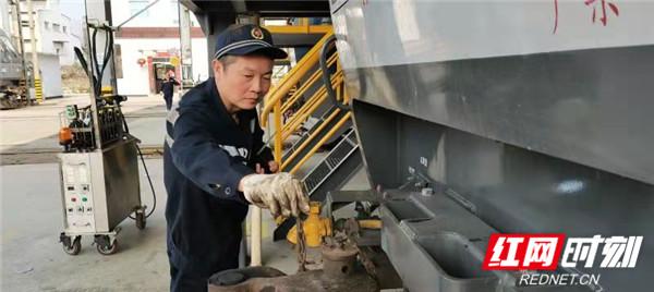 图四:张志勇正在检查机车车钩.jpg