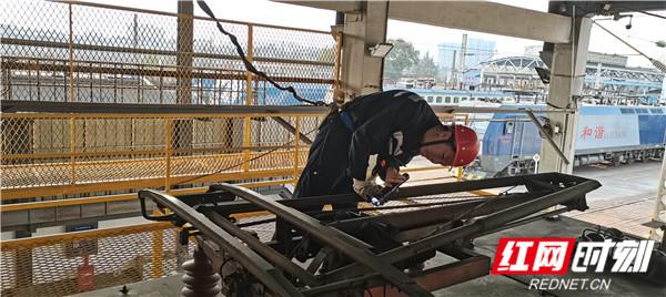 图三:张志勇在机车车顶检查受电弓.jpg