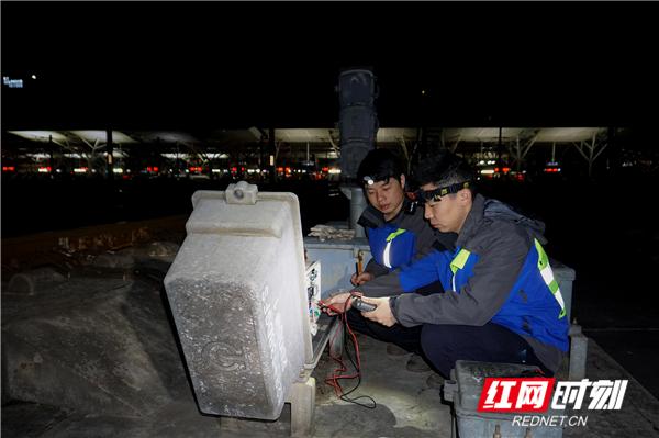 ⑥岳钦松使用移频在线测试仪测试轨道电路设备。张炜  摄.jpg