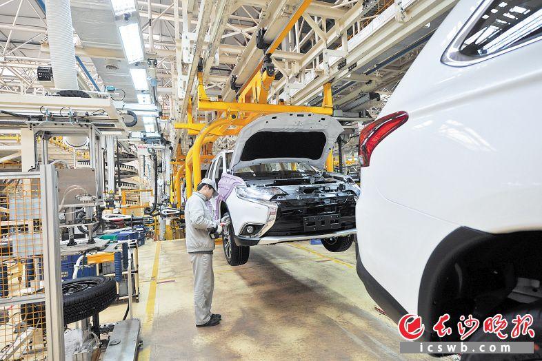 在广汽三菱生产车间,工人正在装配线上忙碌。长沙晚报全媒体记者 王志伟 摄