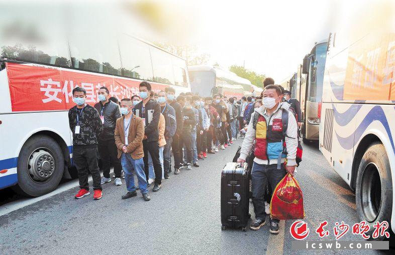 23日下午5时许,从安化等地招来的300多名务工人员,坐着长沙就业直通车抵达蓝思科技。
