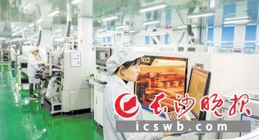 长步道机器视觉光电产业基地内,生产线高速运转,高精尖产品批量亮相,演绎光电科技的精彩。   陈飞  摄