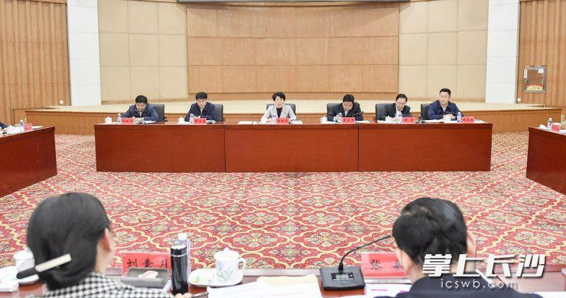 调研中,吴桂英主持召开座谈会。长沙晚报全媒体记者 余劭劼 摄
