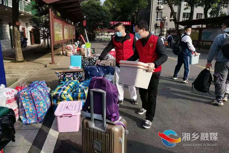 刘攀在湘乡一中参加志愿服务活动。.jpg