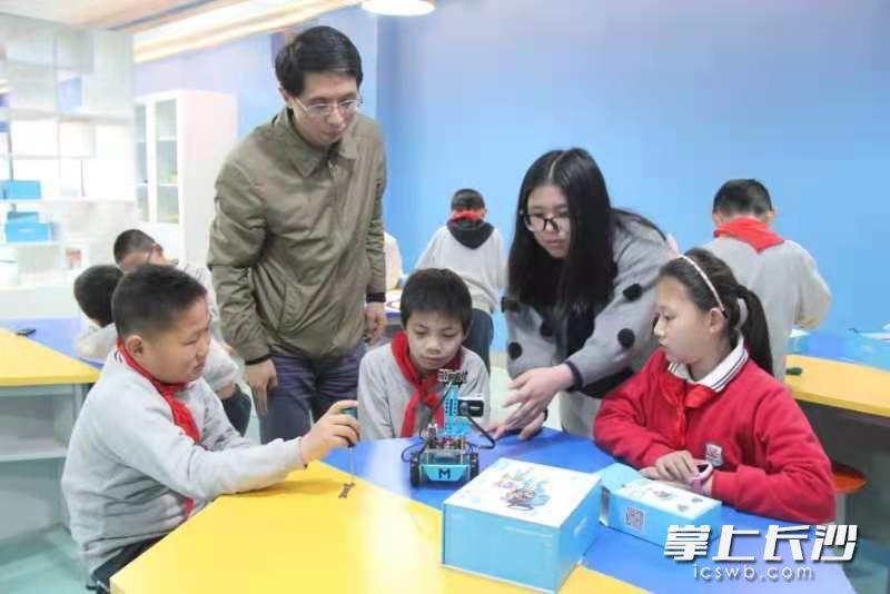 创客空间老师正在指导兴趣小组活动。