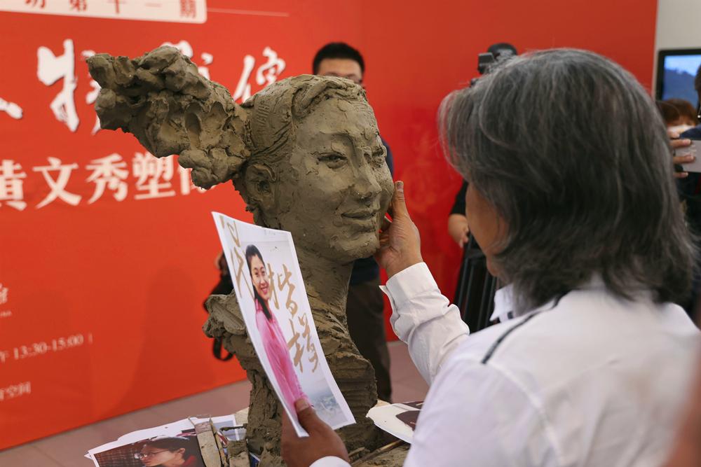 中国美术馆为因公殉职扶贫干部黄文秀塑像_副本.jpg