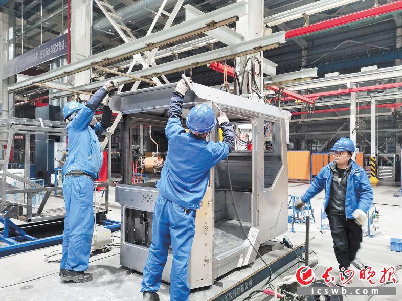 2月21日,随着首批次SWK90矿卡驾驶室顺利发货,山河智能驾驶室开发纪录得到刷新,山河智能薄板件事业部也正式进入全新的矿卡领域。