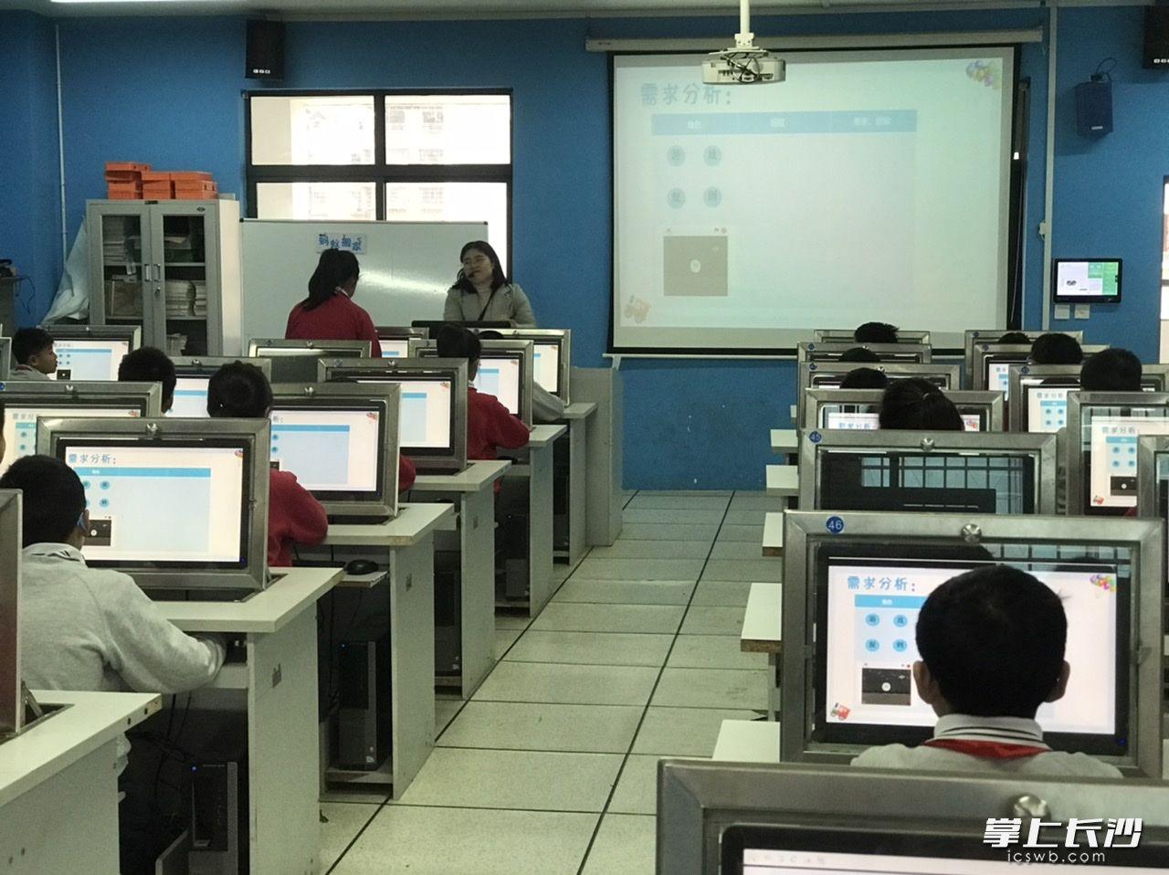 芙蓉区育英西垅小学周蓉老师教学生学习《蚂蚁搬家》。照片由学校提供。